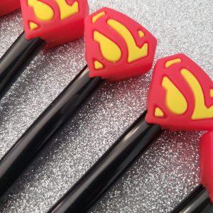 SET 6 PLUMAS ESCUDO SUPERMAN PUNTO FINO GEL